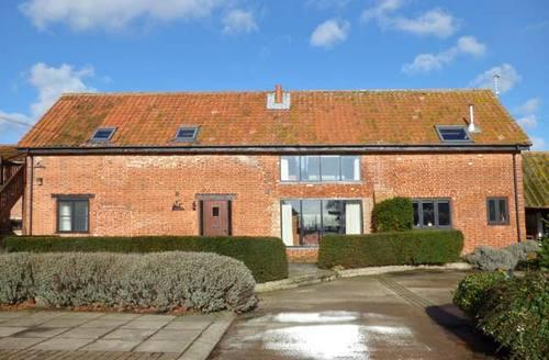 Snaptrip - Last minute cottages - Excellent Woodbridge Barn S2933 -