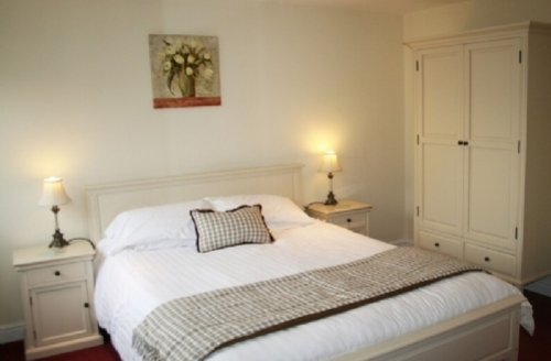 Snaptrip - Last minute cottages - Gorgeous 1 Bedroom Apartment S33867 - Marina Apartment, Double Bedroom, Cottage Holiday Group