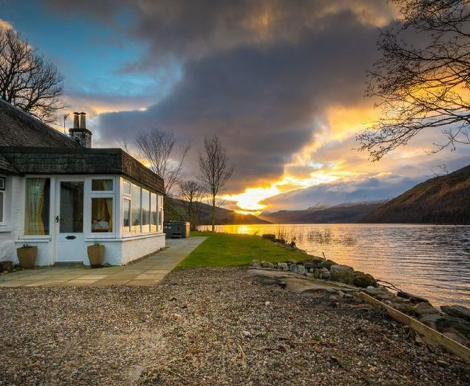 Lochside Cottage, Kenmore Lochside Cottage sits directly on the shores of Loch Tay in the in the Perthshire village of Kenmore