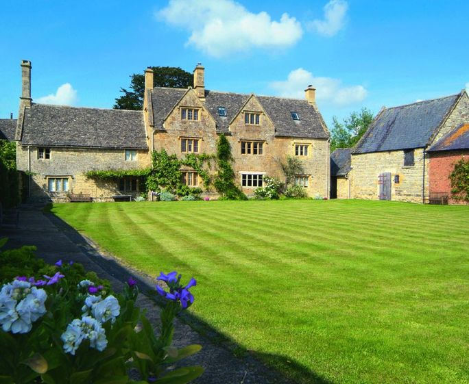 Willington Farmhouse, Willington, near Shipston on Stour Willington Manor Farmhouse with accommodation for 4 Guests is a classic 17th century Grade II listed Cotswold farmhouse set away from the road, surrounded by its own farmland