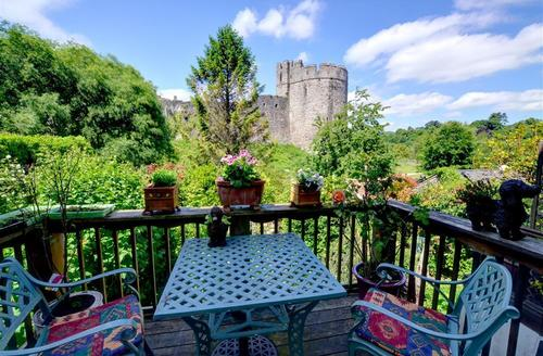 Snaptrip - Last minute cottages - Captivating  Cottage S34770 - WAY220 - Decking with Castle view