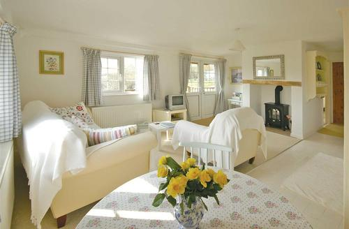 Snaptrip - Last minute cottages - Wonderful Around Llanduno & Coast Lodge S37510 - cedar-Lodge-sit1a-bro