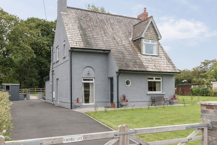 Pondfield Gate Cottage Beautiful detached holiday home surrounded by large garden | Pondfield Gate Cottage, Cwmgors, near Pontardawe