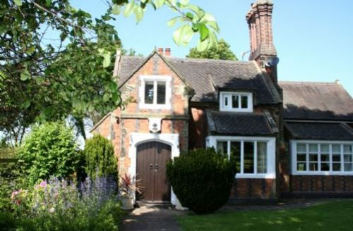 Snaptrip - Last minute cottages - Stunning Orgreave Lodge S39478 -