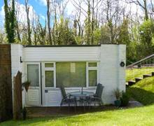 Snaptrip - Last minute cottages - Excellent Gurnard Pines Cottage S3979 -