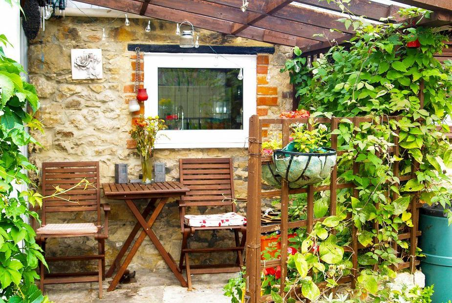Lime Orn Cottage Enclosed courtyard with garden furniture | Lime Orn Cottage, Stratton St Margaret, near Swindon