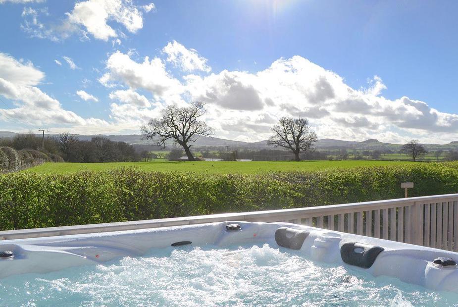 Ruths Retreat Wonderful hot tub with far-reaching views across the countryside | Ruths Retreat, Longden, near Shrewsbury