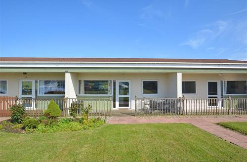 Snaptrip - Last minute cottages - Superb Bacton Rental S25751 - Exterior View 1