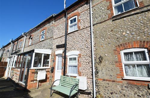Snaptrip - Last minute cottages - Tasteful Cromer Rental S11760 - Front Exterior