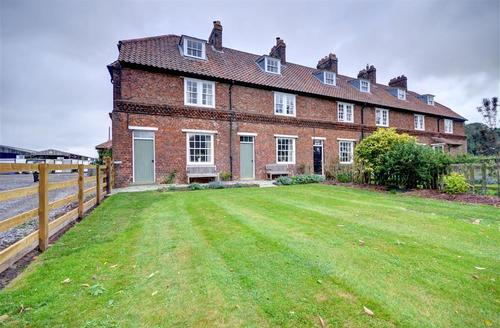 Snaptrip - Last minute cottages - Lovely East Rounton Cottage S41319 - Exterior view 3