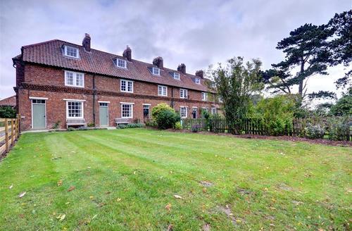 Snaptrip - Last minute cottages - Luxury East Rounton Cottage S41321 - Exterior view 2