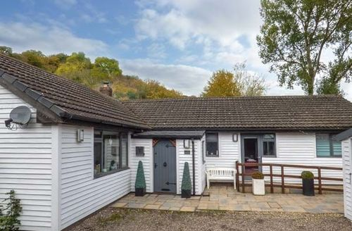 Snaptrip - Last minute cottages - Lovely Ffrith Cottage S41962 -