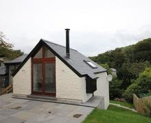 Snaptrip - Last minute cottages - Gorgeous South Cornwall Cottage S42125 - Rear of property with patio and lovely views