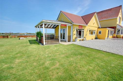 Snaptrip - Last minute cottages - Exquisite Hayle Lodge S42749 - External - View 1
