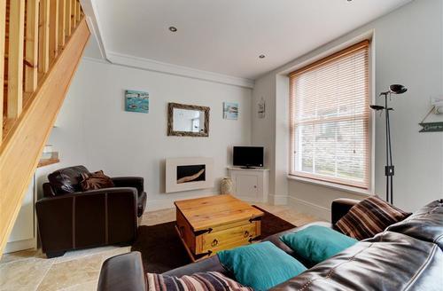 Snaptrip - Last minute cottages - Wonderful Looe Cottage S42978 - Sitting Room