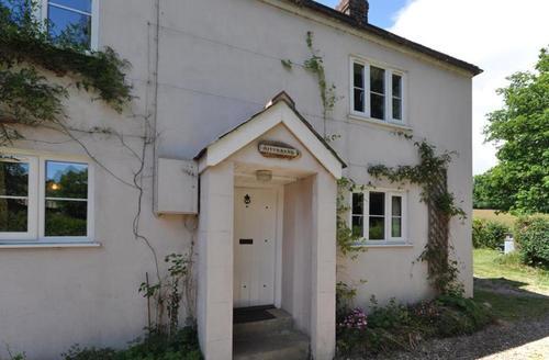 Snaptrip - Last minute cottages - Splendid Axminster Cottage S43239 - Riverbank
