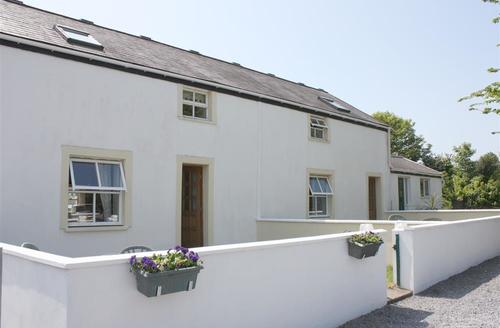 Snaptrip - Last minute cottages - Tasteful Manorbier Lodge S43773 - Manorbier cottage sleep 4