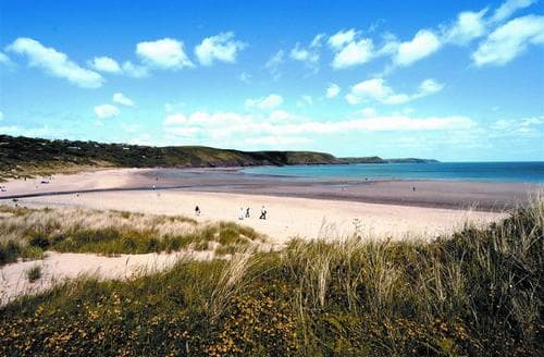 Snaptrip - Last minute cottages - Excellent Freshwater East Lodge S43794 - Freshwater East Pembroke beach