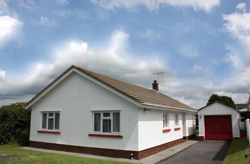 Snaptrip - Last minute cottages - Superb Tenby Cottage S43799 - detached bungalow manorbier parking