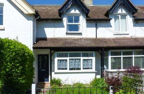 Snaptrip - Last minute cottages - Wonderful Totland Bay Villas S4603 -