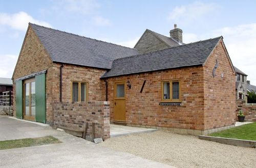 Snaptrip - Last minute cottages - Quaint Ashbourne Barn S3367 -