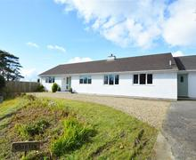 Snaptrip - Last minute cottages - Attractive Reynalton Cottage S45386 - Holiday bungalow in Reynalton Sleeps 6 parking