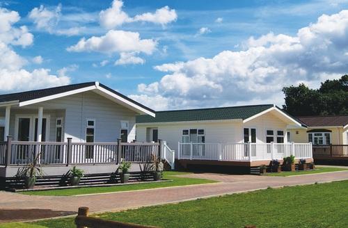 Snaptrip - Last minute cottages - Exquisite Thorpe Le Soken Lodge S45711 -