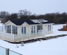Snaptrip - Last minute cottages - Tasteful Ely Lodge S45848 -