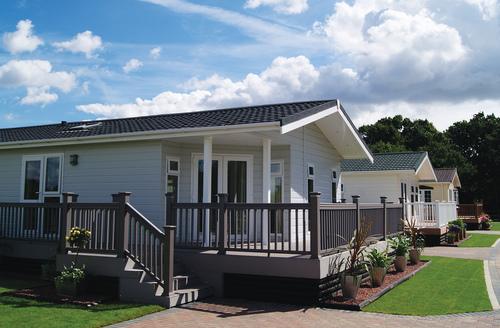 Snaptrip - Last minute cottages - Quaint Clacton On Sea Lodge S45867 -