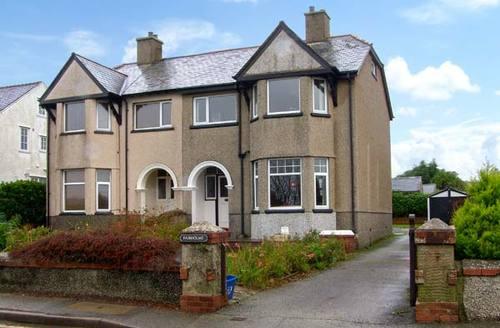 Snaptrip - Last minute cottages - Quaint Pwllheli Rental S5179 -