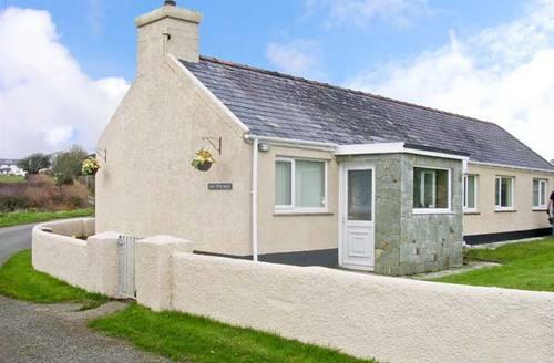 Snaptrip - Last minute cottages - Excellent Llangefni Bach S5424 -