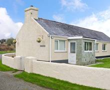 Snaptrip - Last minute cottages - Excellent Llangefni Bach S5424 -