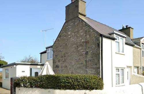 Snaptrip - Last minute cottages - Tasteful Pwllheli Cottage S49619 -