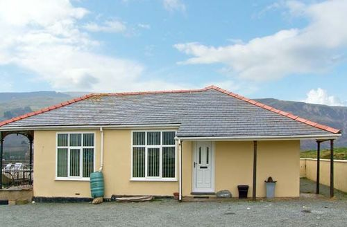 Snaptrip - Last minute cottages - Attractive Fairbourne Cottage S9514 -