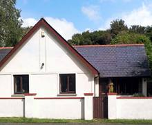 Snaptrip - Last minute cottages - Quaint Milford Haven Bungalow S5570 -