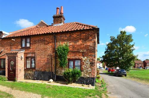 Snaptrip - Last minute cottages - Quaint Hempton Rental S11947 - Exterior View 1
