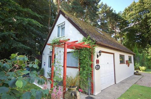 Snaptrip - Last minute cottages - Delightful High Kelling Rental S11936 - Exterior View - View 1