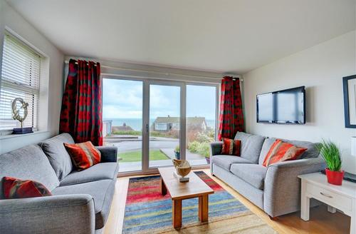Snaptrip - Last minute cottages - Wonderful St Ives Carbis Bay Lelant Apartment S43877 - Sitting Room