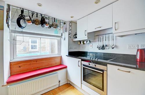 Snaptrip - Last minute cottages - Delightful St Ives Carbis Bay Lelant Apartment S43935 - Kitchen