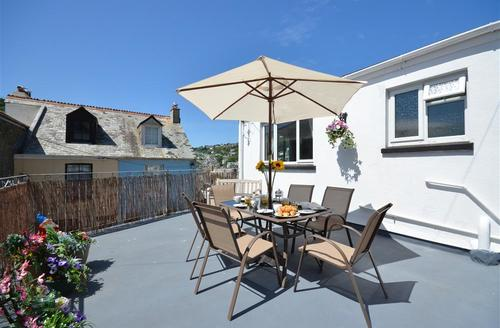 Snaptrip - Last minute cottages - Superb Looe Apartment S42639 - Outside Sitting Area View 2