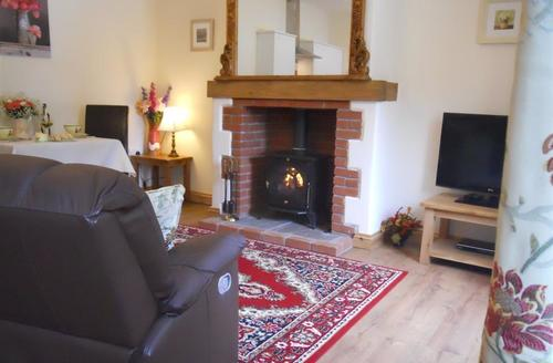 Snaptrip - Last minute cottages - Inviting Bude Cottage S43920 - Cornish holiday with woodburner in lounge