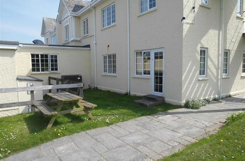 Snaptrip - Last minute cottages - Adorable Polzeath Apartment S42868 - External