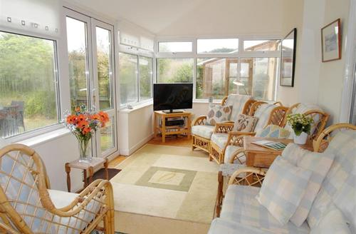 Snaptrip - Last minute cottages - Lovely Harlyn Bay Cottage S42823 - Sun room