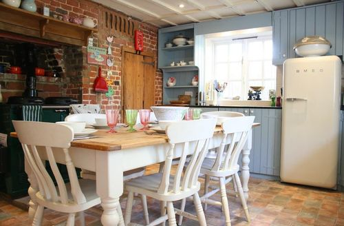 Snaptrip - Last minute cottages - Tasteful Wye Cottage S50721 - Charming country style kitchen