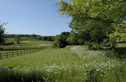 Snaptrip - Last minute cottages - Delightful Stalisfield Cottage S50769 - The countryside surrounds Granary Cottage, Kent