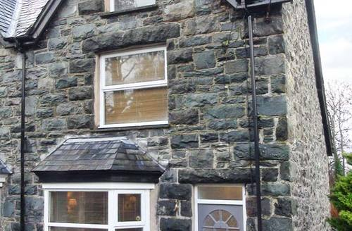 Snaptrip - Last minute cottages - Lovely Llanbedr House S5891 -