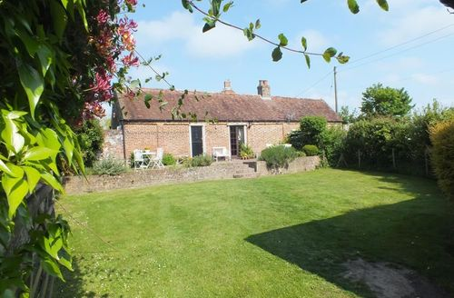 Snaptrip - Last minute cottages - Inviting Staple Cottage S51008 - Lovely sunny enclosed garden near Canterbury