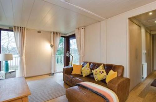 Snaptrip - Last minute cottages - Attractive Fritton Lodge S51275 - Lakeview Somerleyton Retreat 1