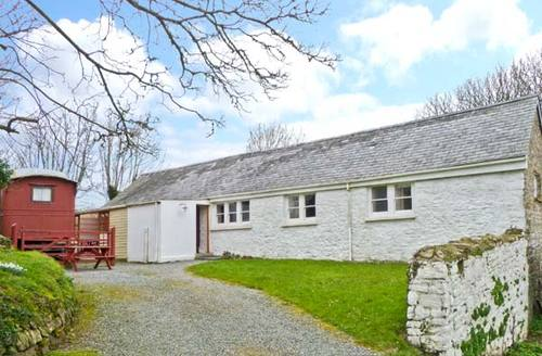Snaptrip - Last minute cottages - Attractive Haverfordwest Barn S6027 -