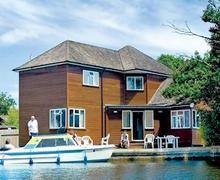 Snaptrip - Last minute cottages - Beautiful Wroxham Lodge S51589 - Bure Croft